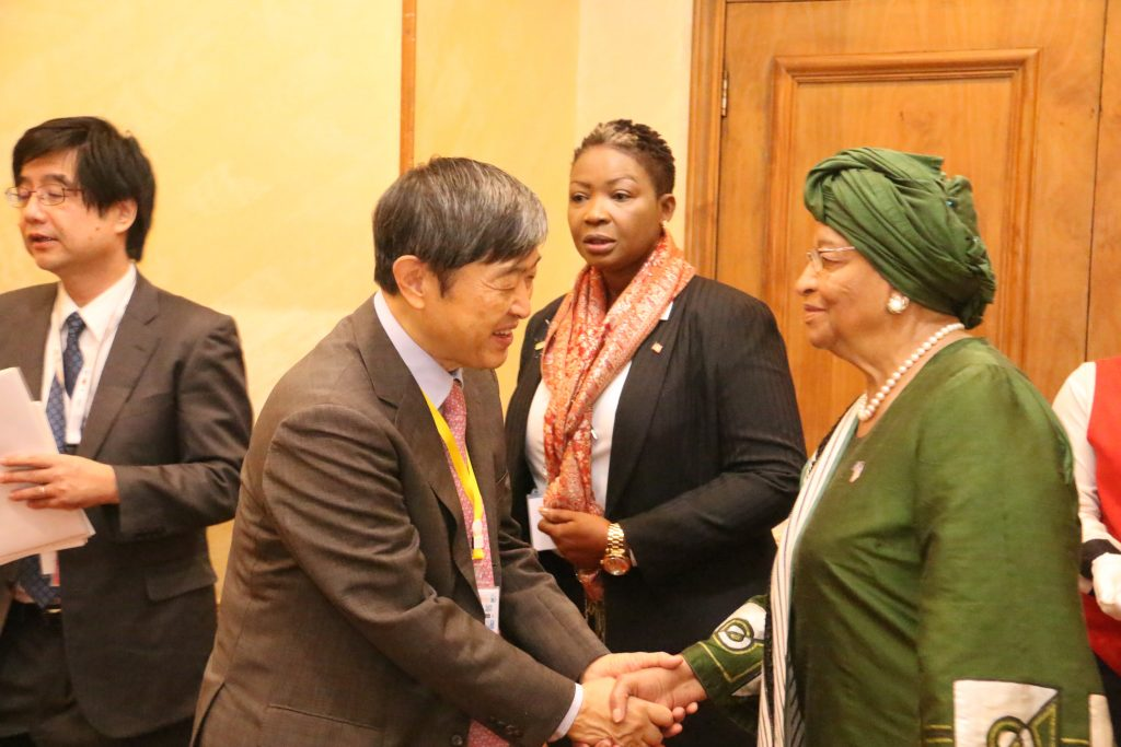 President Sirleaf interacts with Ja[anese Prime Minister Abe during TICAD VI